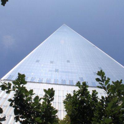 La nueva torre del WTC vista desde justo debajo