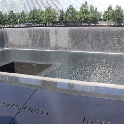 Memorial que cubre la superficie que ocupaba una de las torres