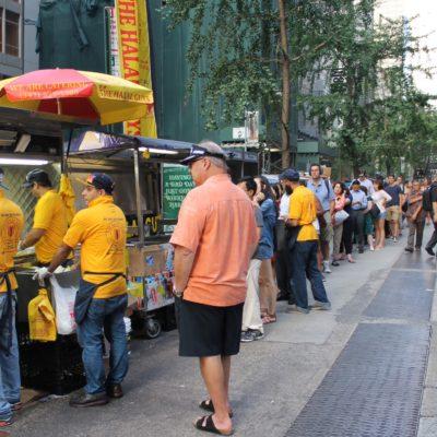 La larga cola de gente para comprar comida de los Halal Guys a las 18h de la tarde