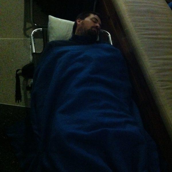 Nico durmiendo plácidamente en el aeropuerto de Chicago