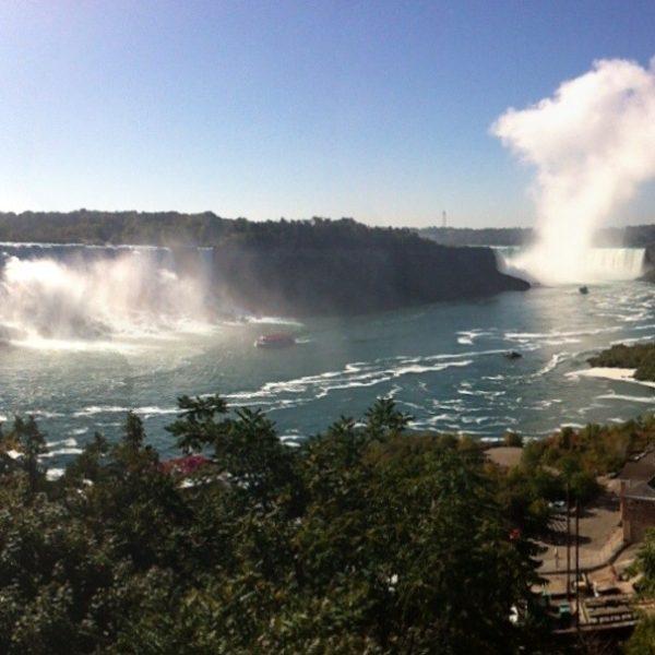 Las dos cataratas y la nube de agua que generan