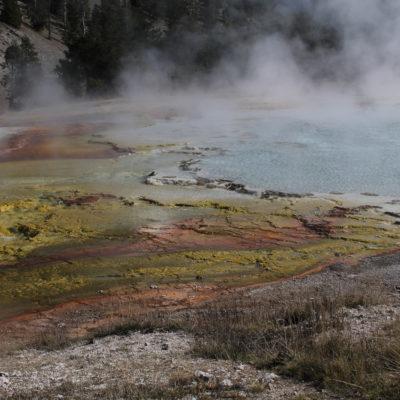 Una de las fuentes calientes rodeado de sus diferentes colores