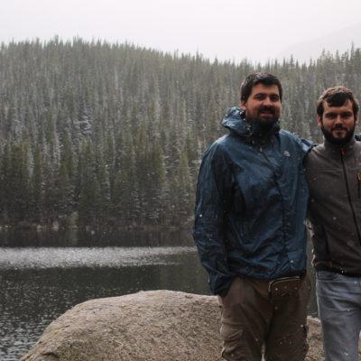 Nico y Pau de paseo por el lago mientras nieva