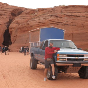 La entrada al cañón y la furgoneta donde nos llevaron para el tour
