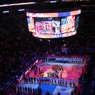 No podía faltar por supuesto el himno americano antes de empezar el partido