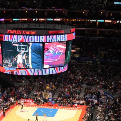 Pedían que la gente aplaudiera después de que los Clippers marcaran un triple...