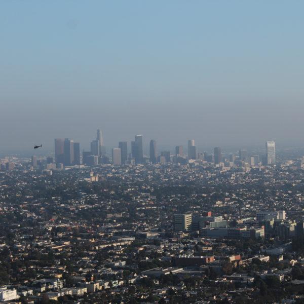 El downtown de Los Angeles y un helicóptero patrullando