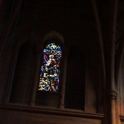 Vidriera del Grace Cathedral donde se rinde homenaje a la teoría de la relatividad de Einstein