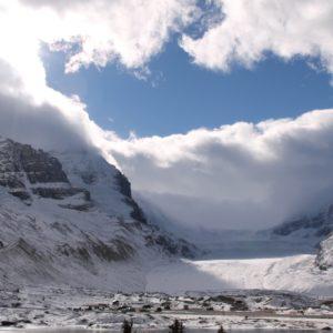 El impresionante Glaciar Athabasca está al pie del monte Athabasca que divide las aguas en 3 vertientes que van a la bahía Hudson en el norte, el océano Pacífico y el Atlántico.