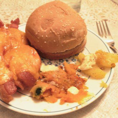 """Genial cena a base de hambuguesa de salmón, sandwich abierto de tomate y """"squash"""""""