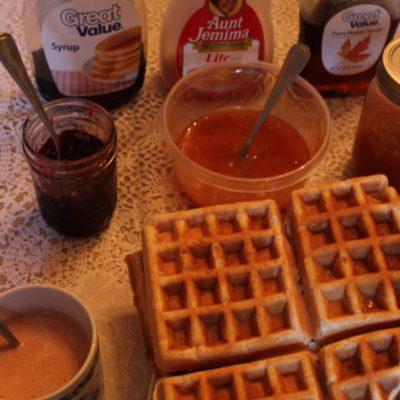 Gran desayuno de gofres con todo tipo de sirope