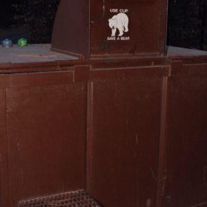 ... y la basura en estos, que tiene cierres especiales imposibles d abrir por un oso