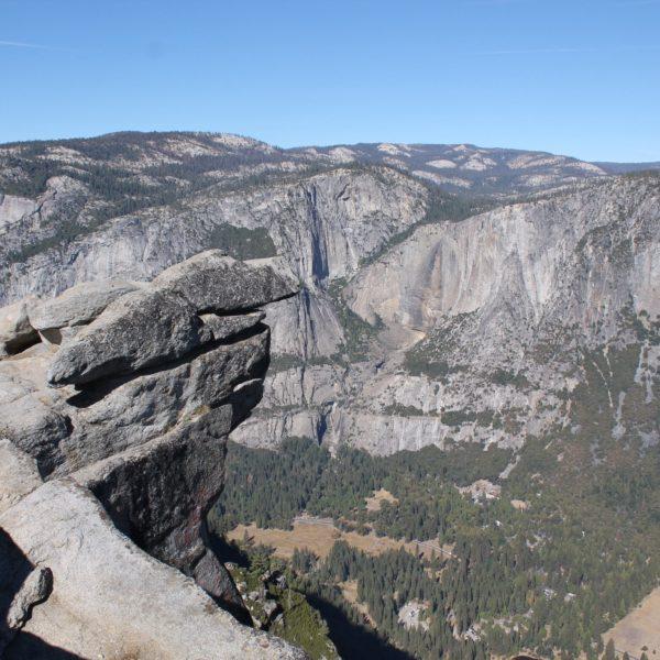 Si hubiera habido agua, la gran cascada de Yosemite se vería desde este punto, donde está la marca