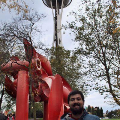 El Space Needle esta rodeado de un parque lleno de esculturas