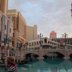El Puente Rialto y los gondoleros de los canales de Venecia en el Hotel Venetian