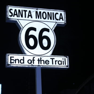 Cartel que indica el fin de la Ruta 66 en el Santa Monica Pier