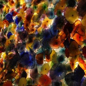 Flores de cristal hechas a mano que cubren la entrada del Hotel Bellagio
