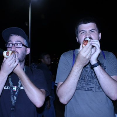 Nico y Unai disfrutando de un hotdog en el Santa Monica Pier