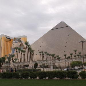 El hotel Luxor, con esfinge y pirámide