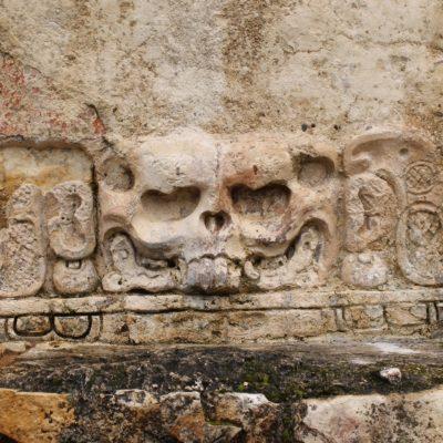 Detalle de uno de los templos donde se ve la calavera de un conejo