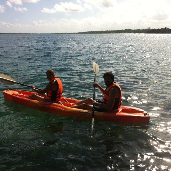 Expertos remeros de kayak