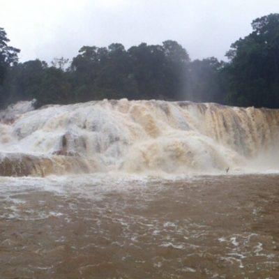 Nos encontramos con estas cascadas caudalosas pero desde luego no de color azul...