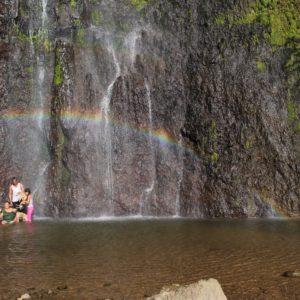 Los nicaragüenses, como la mayoría de latinos, se bañan con toda o parte de la ropa siempre