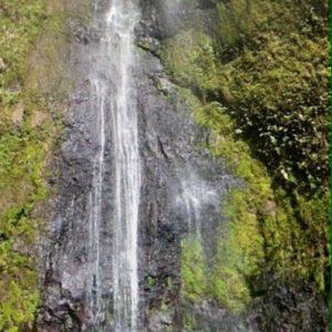 Un enano Nico en el pequeño charco ante la inmensa cascada