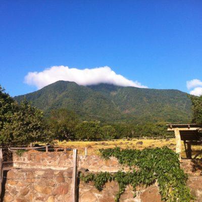 El volcán Maderas no tiene una forma tan característica, pero también tiene la nube agarrada