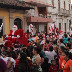 Aunque el día de Navidad ya había pasado, coincidimos con este desfile de Papa Noel, con coreografías incluidas