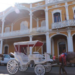 En Granada abundan las casas coloniales de este estilo y el paseo en calesa es un gran aclamo turístico