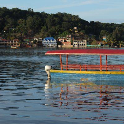 Desde Flores muchos barquitos cruzan hasta los pueblos del otro lado del lago