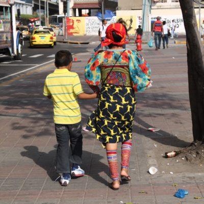 Foto robada de una mujer de la etnia Guna con la ropa tradicional de paseo por la ciudad