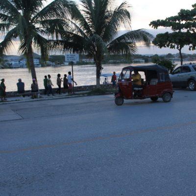 Los pequeños tuc-tuc están por todos los lados, aunque la isla es pequeña, mucha gente se mueve en ellos