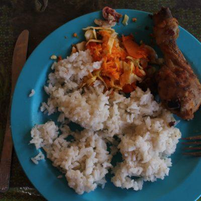 Tercera comida: arroz con coco (comida muy tradicional caribeña) y pollo frito