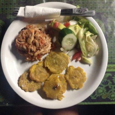 Tercera cena: langosta desmenuzada con patacones y ensalada