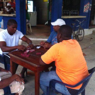 Al igual que vimos en Panamá, parece que en esta parte de Colombia también son comunes las partidas de dominó