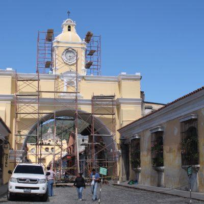 Este arco es uno de los lugares más representativos de Antigua, una pena que lo estuvieran pintando