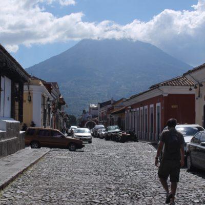 El imponente volcán Agua desde las calles de Antigua