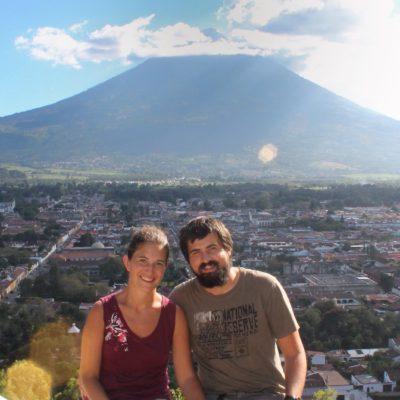 Increibles vistas de la ciudad de Antigua Guatemala y el volcán Agua desde el Cerro de la Cruz