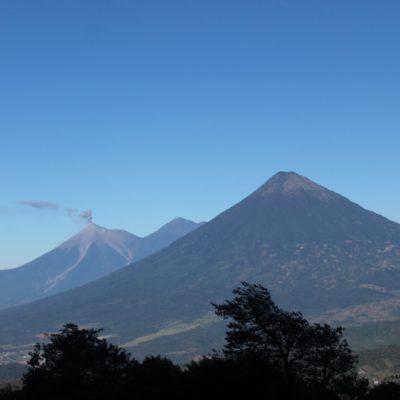 Durate toda la subida pudimos ver estos 3 volcanes: Fuego (que humea porque está activo), Acatenango y Agua