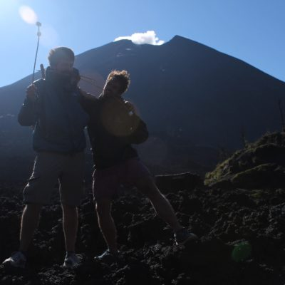 """Nico y Malcolm preparados para asar """"sus salchichas"""" a los pies del cráter"""
