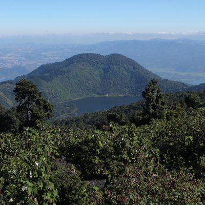 Vistas del lago en el cráter del volcán Caldera