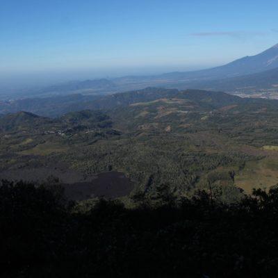 A la izquierda de la foto, se puede ver 3 capas de lava fosilizada de diferentes erupciones