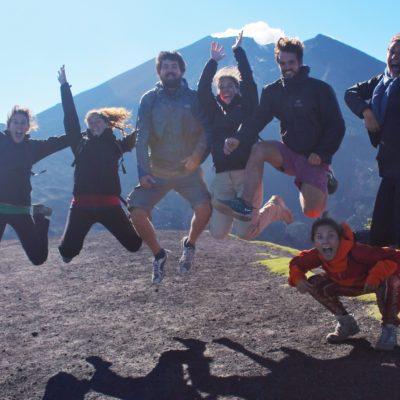 El equipo con el humeante cráter del Pacaya