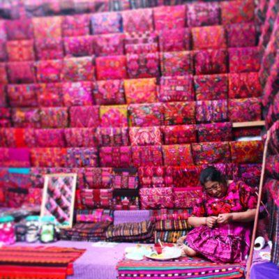 Los trajes típicos de las guatemaltecas son muy coloridos y se vendían así