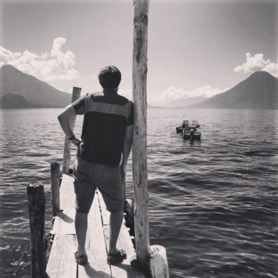 El lago Atitlan y los volcanes desde Panajachel