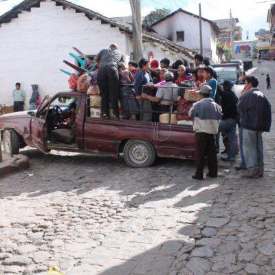 Una vez acabado el mercado, recogida y todos de vuelta, en carros así de llenos