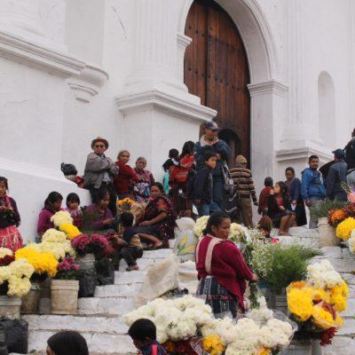 En la escalinata de la iglesia vendían sobre todo flores, pero también verduras y maíz