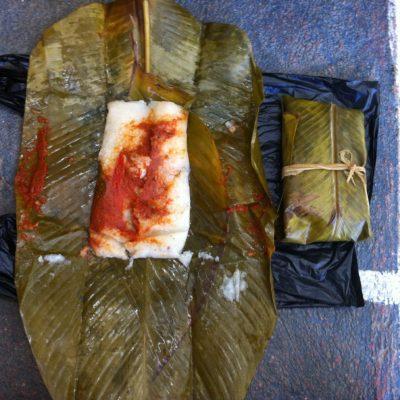 Los tamales viene envueltos en un paquetito con hoja de maíz